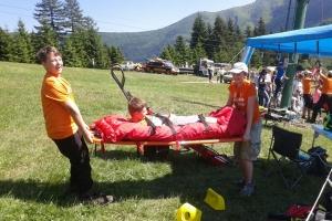 Malí záchranári skúšajú chrbticovú dosku a vákuový matrac